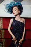 Forme el retrato de la muchacha magnífica con el pelo teñido azul de largo El vestido de cóctel hermoso de la tarde Imágenes de archivo libres de regalías