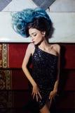 Forme el retrato de la muchacha magnífica con el pelo teñido azul de largo El vestido de cóctel hermoso de la tarde Fotografía de archivo