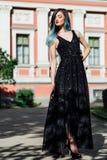 Forme el retrato de la muchacha magnífica con el pelo teñido azul de largo El vestido de cóctel hermoso de la tarde Imagenes de archivo