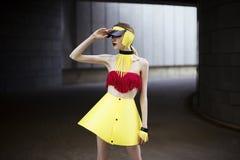 Forme el retrato de la muchacha que lleva los accesorios y la ropa plásticos Foto de archivo libre de regalías
