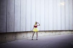 Forme el retrato de la muchacha que lleva los accesorios y la ropa plásticos Foto de archivo