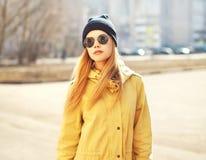 Forme el retrato de la muchacha rubia del inconformista bonito al aire libre Fotos de archivo libres de regalías