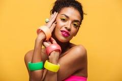 Forme el retrato de la mujer afroamericana hermosa con brillante Imagenes de archivo