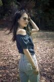 Forme el retrato de la mujer asiática joven con el pelo asombroso al aire libre Fotografía de archivo