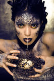 Forme el retrato de la mujer bastante joven con creativo componen como una serpiente Foto de archivo