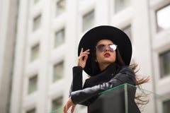 Forme el retrato de la mujer bonita en sombrero negro de par en par brimmed y m fotos de archivo