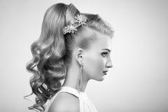 Forme el retrato de la mujer hermosa joven con el peinado elegante Fotos de archivo libres de regalías