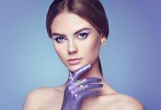 Forme el retrato de la mujer hermosa joven con joyería Imagenes de archivo