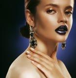Forme el retrato de la mujer hermosa joven con joyería Maquillaje perfecto Labios azules imágenes de archivo libres de regalías