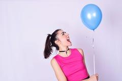 Forme el retrato de la mujer joven con estilo urbano Imagen de archivo