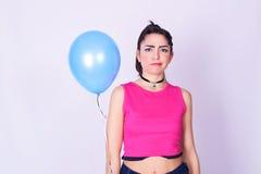 Forme el retrato de la mujer joven con estilo urbano foto de archivo libre de regalías