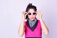 Forme el retrato de la mujer joven con estilo urbano Imagen de archivo libre de regalías