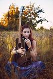 Forme el retrato de la mujer joven del hippie con la guitarra Fotografía de archivo