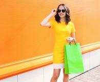 Forme el retrato de la mujer joven hermosa en vestido amarillo Fotos de archivo