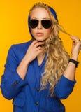 Forme el retrato de un blonde hermoso en una bufanda y un jacke azules imágenes de archivo libres de regalías