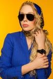 Forme el retrato de un blonde hermoso en una bufanda y un jacke azules imagenes de archivo