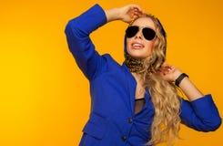 Forme el retrato de un blonde hermoso en una bufanda y un jacke azules imagen de archivo
