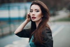 Forme el retrato de una chica joven hermosa en la calle Imágenes de archivo libres de regalías