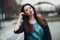 Forme el retrato de una chica joven hermosa en la calle Imagen de archivo