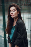 Forme el retrato de una chica joven hermosa en la calle Fotos de archivo