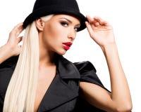 Forme el retrato de una chica joven hermosa en sombrero negro y enchufe Imagenes de archivo