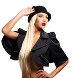 Forme el retrato de una chica joven hermosa en sombrero negro y enchufe Imagen de archivo