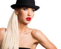 Forme el retrato de una chica joven hermosa que lleva un sombrero negro Foto de archivo