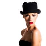 Forme el retrato de una chica joven hermosa que lleva un sombrero negro Foto de archivo libre de regalías