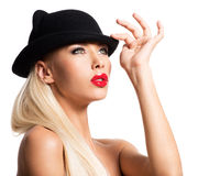 Forme el retrato de una chica joven hermosa que lleva un sombrero negro Imagenes de archivo