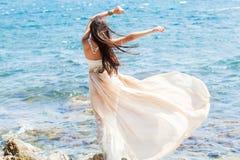 Forme el retrato de una muchacha en el mar Imagen de archivo