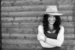 Forme el retrato del estilo de la muchacha de moda joven con el sombrero blanco Fotos de archivo