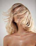 Forme el retrato del estilo de un blonde con el pelo enredado fotos de archivo libres de regalías