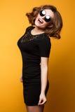 Forme el retrato del estudio de la muchacha juguetona del encanto, equipo casual elegante, emociones lindas, gafas de sol elegant Imagen de archivo libre de regalías