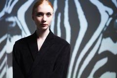 Forme el retrato del estudio del arte de la muchacha elegante en el negro geométrico a Fotografía de archivo