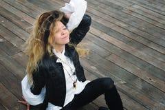 Forme el retrato modelo sonriente vestido en chaqueta de cuero negra Fotografía de archivo