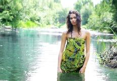 Forme el tiro de una mujer joven en un río Foto de archivo libre de regalías