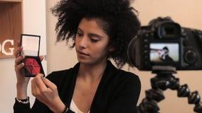 Forme el vídeo del explicador DIY del estilista con el dslr y gunmic almacen de metraje de vídeo