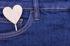 Forme en bois de coeur dans la poche de jeans Images libres de droits