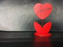 Forme en bois de coeur de fleur sur le fond noir Photo libre de droits