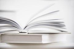 Forme en bois de coeur sur un livre ouvert Fin de concept de lecture d'amour  Photos stock