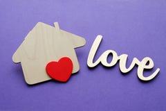 Forme en bois de maison avec le coeur rouge Image libre de droits