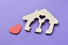 Forme en bois de maison avec le coeur rouge Photos stock