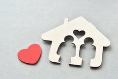 Forme en bois de maison avec le coeur rouge Images libres de droits