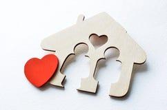 Forme en bois de maison avec le coeur rouge Images stock