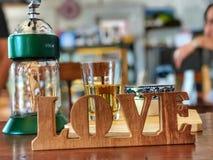 Forme en bois de mot d'amour avec le fond de café Image libre de droits