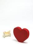 Forme et fauteuil roulant de coeur sur le fond blanc Photos stock
