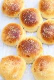 Forme faite maison de petits pains d'hamburger ci-dessus Photo stock