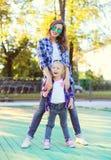 Forme a filha nova da mãe e da criança que tem o divertimento Foto de Stock Royalty Free