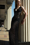 Forme fora o retrato do modelo bonito da mulher no vestido laçado preto luxuoso Fotografia de Stock
