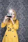 Forme a fotógrafo a mulher retro do repórter da câmera Foto de Stock Royalty Free